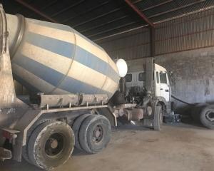 Subasta online de Cabeza hormigonera Renault Pitufo 3 ejes 300 cv  año 1997, camión en perfecto estado de conservación